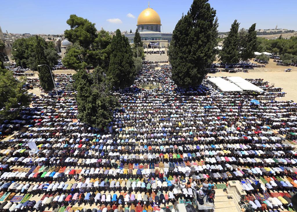 people-pray-outside-al-aqsa