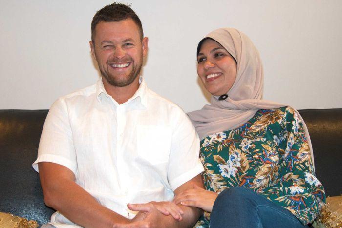 Demi cinta pandang pertama, akhirnya lelaki ini bersama Islam